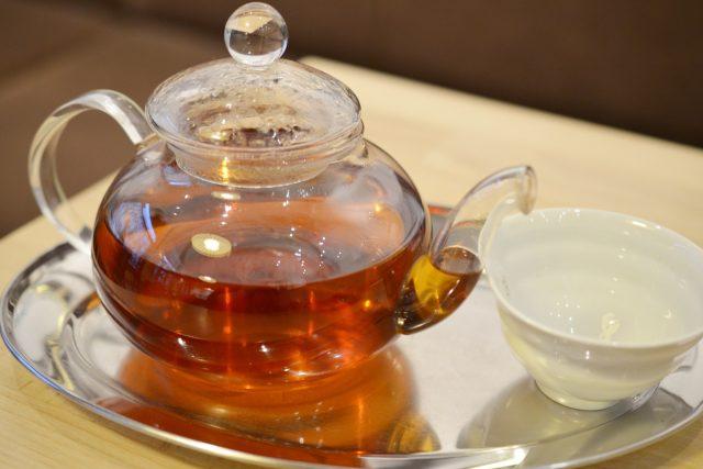 Při setkávání si sběratelé čajových obalů rádi na čaji pochutnají