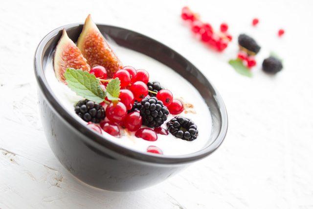 Jogurt, fíky, ostružiny, rybíz