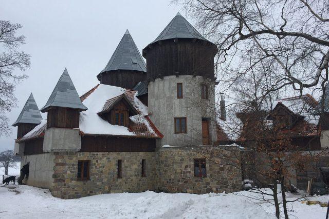 Šikovný tesař Martin Zeman si v 21. století postavil na Žacléřsku středověký hrad