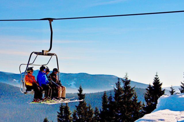 Na Čertovu horu v Harrachově vedou dvě čtyřsedačkové lanovky. Alfa a Delta, která je v provozu celoročně