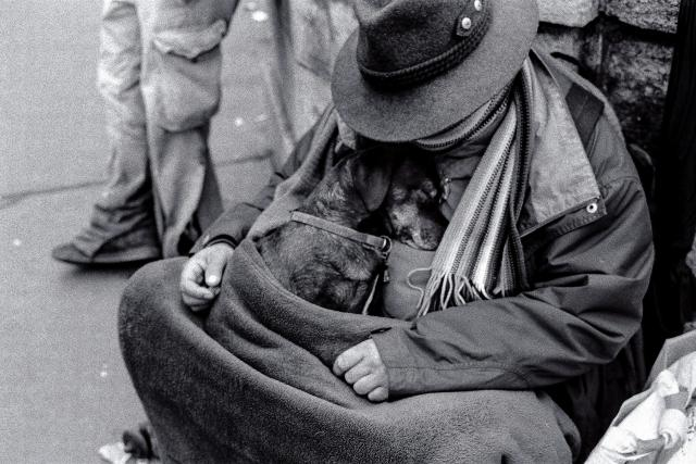 bez domova - bezdomovec - na ulici   foto:  CC BY-NC 2.0,  Guillaume Gilbert