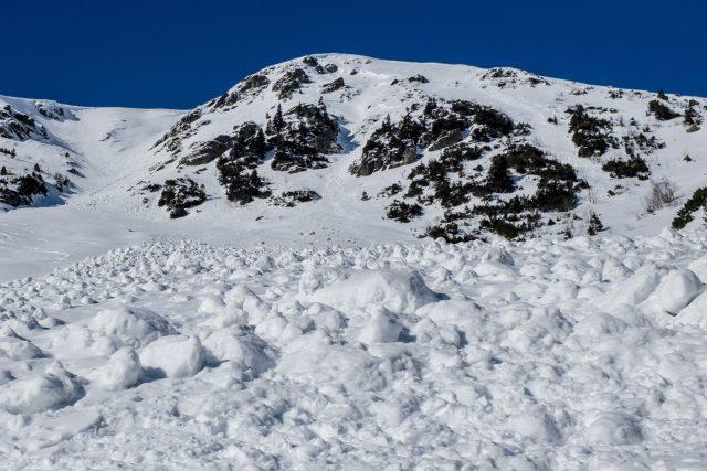 Do Malé kotelní jámy v Krkonoších spadla v polovině února zatím největší lavina letošní zimy. Snímek čela laviny z 27. února, které bylo vysoké 1,8 metru