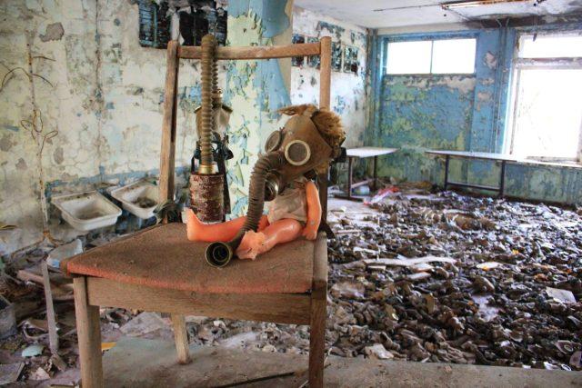 Fotogenická panenka v plynové masce v místnosti plné rozsypaných plynových masek je dílem turistů toužících po dramatickém záběru. Takovýchto aranží je v zóně mnoho