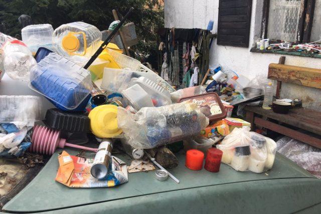 V Kramolně na Náchodsku si ze svého domu udělal muž skládku odpadu. Sousedé si stěžují marně