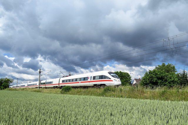 Želenice a vlak  (ilustrační foto)   foto: Fotobanka Pixabay
