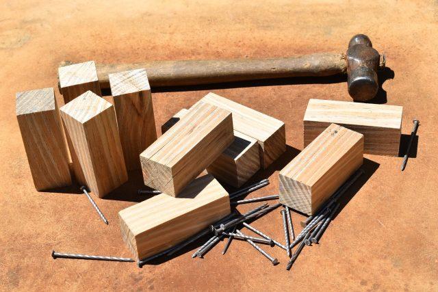Kladívko a dřevěné špalíčky (ilustrační foto)