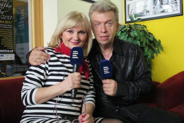 Houslista Jaroslav Svěcený v radiokavárně Českého rozhlasu Hradec Králové