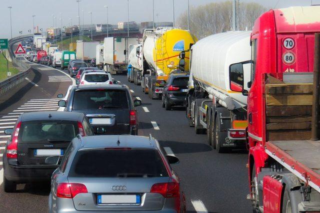 Kolona na silnici (ilustrační foto)