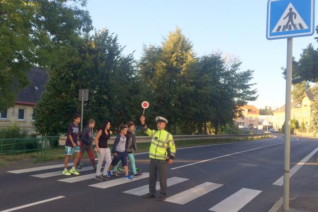Děti na přechodu pro chodce - policejní akce Zebra se za tebe nerozhlédne