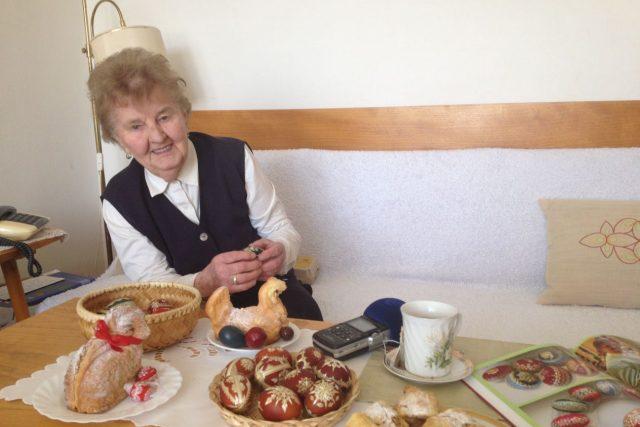 Hanácká tradice zdobení kraslic slámou našla svého mistra v Podkrkonoší. Anna Rusová slaví životní jubileum