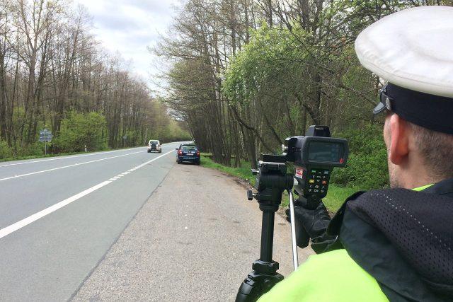 Dopravní policie měří rychlost mezi Pardubicemi a Přeloučí
