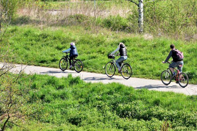 Základním pravidlem na cyklostezce je nechodit a nejezdit vedle sebe,  ale vždy za sebou | foto: Jiří Čondl,  Český rozhlas