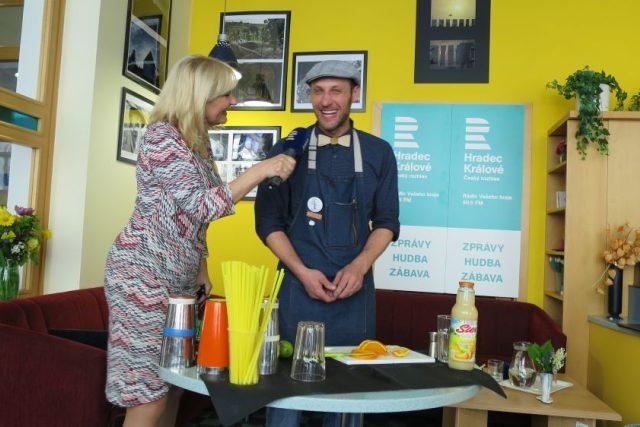 Barman Tomáš Trejbal v našem radioklubu s moderátorkou Ladou Klokočníkovou