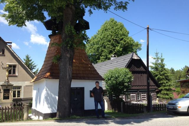 Dominantou podhorské vesničky Červená Hora je architektonicky velmi zajímavá kaple Panny Marie z 18. století