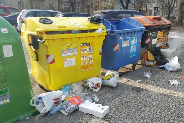 Nepořádek u popelnic | foto: Jana Kudláčková,  Český rozhlas