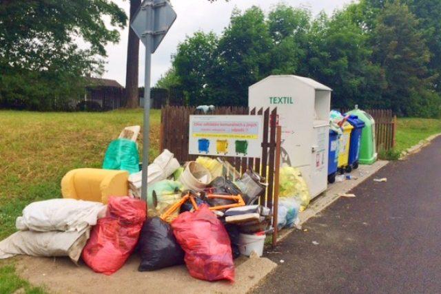 U kontejnerů v jabloneckých ulicích se povalují hromady odpadu. I přes průběžný úklid se vytvářejí stále dokola