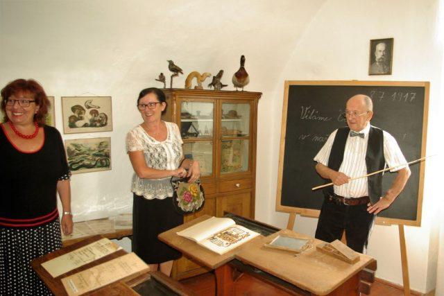 Nové žáky v expozici školní třídy z 19. století přivítal učitel Martin Zajíček