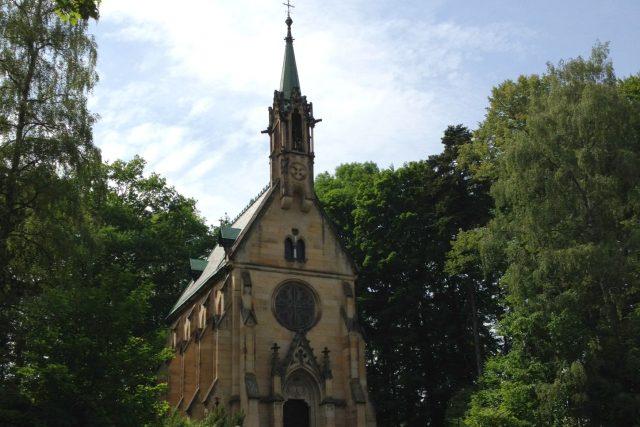 Romantická Morzinsko - Černínská kaple se ukrývá v zámeckém parku ve Vrchlabí