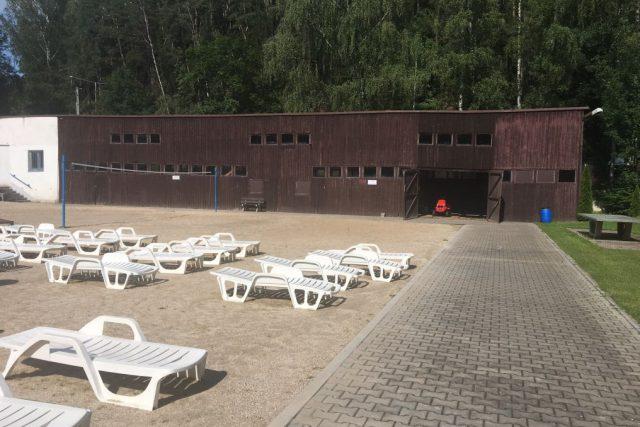 Z letního koupaliště v Náchodě by měla zmizet chátrající prvorepubliková dřevěná budova | foto: Václav Plecháček
