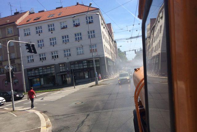 Kropící vůz v ulicích Hradce Králové