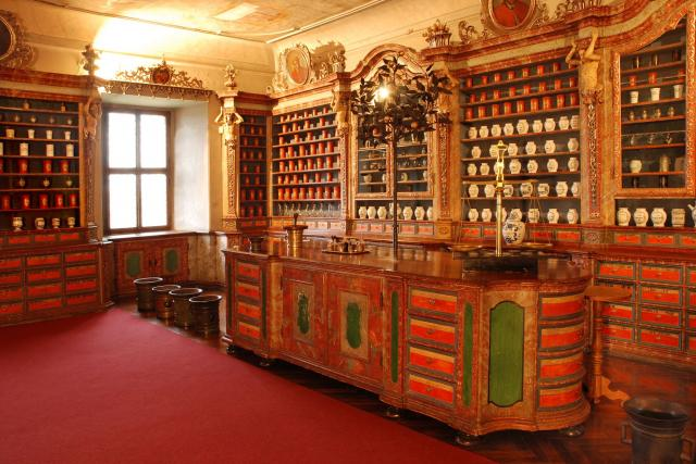 České farmaceutické muzeum v Kuksu. Kouzlo apatyky - vývoj lékárenství od Baroka do 2. poloviny 20. století. Víte, kdo byli první lékárníci a jak se používaly tabletovačky a pilulkovnice?