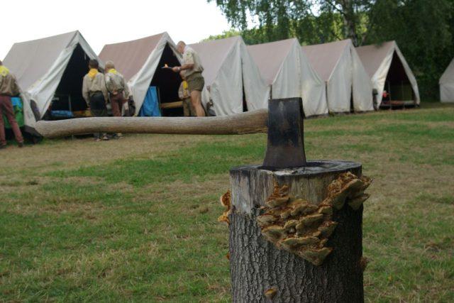 Sekera je zatnutá, táborový den pokračuje bodováním úklidu ve stanech