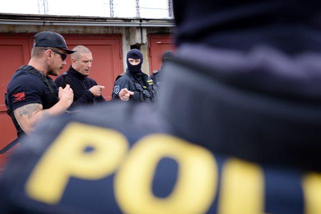 Instruktor Jean-Paul Jauffert vysvětluje policistům jednu z technik technik Krav Maga
