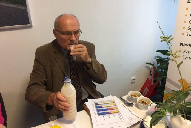 Výzkumný pracovník hradecké univerzity Miloš Jelínek právě předvádí potravinový doplněk v praxi