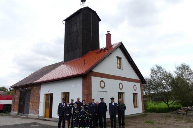 Dobrovolní hasiči z Žirče už nemusí chodit do kadibudky. V novém zázemí nechybí také kuchyňka a sprcha