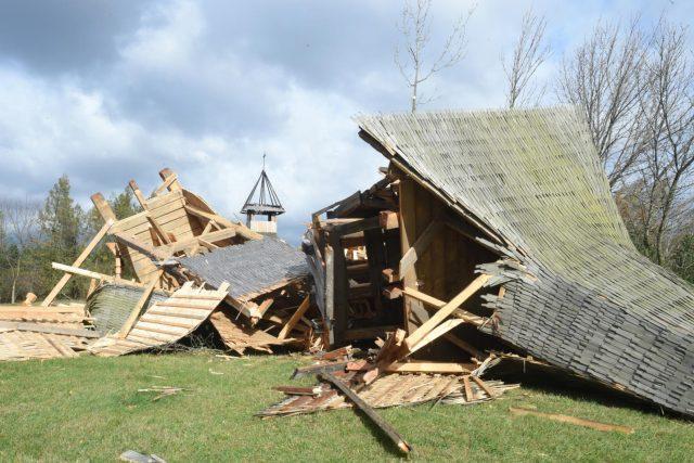 Vítr smetl v Mostě pravoslavný dřevěný kostel