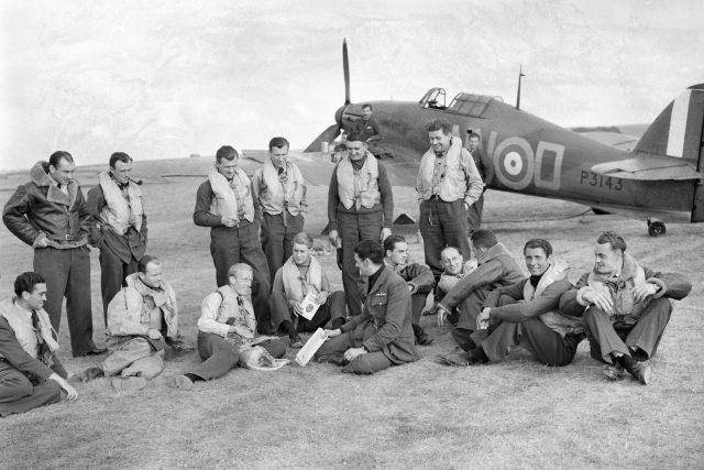 Piloti 310. stíhací perutě RAF před letounem Hawker Hurricane Mk I v Duxfordu, Cambridgeshire (7. září 1940)
