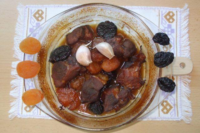 Vepřové na sušeném ovoci a česneku