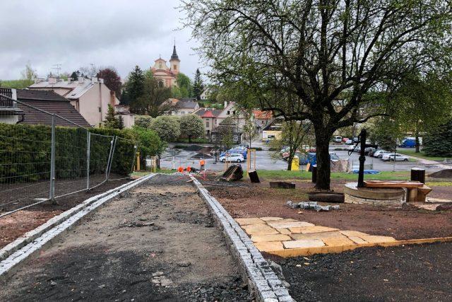 Zbořeniště v Nové Pace se mění v klidovou odpočinkovou zónu