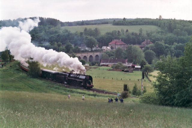 Parní vlak u viaduktu ve Staré Pace | foto: Kamil Brož