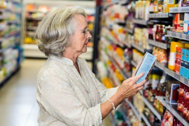 Studovat etikety je v českých obchodech stále nutnost. Německý zákazník je na tom mnohem lépe