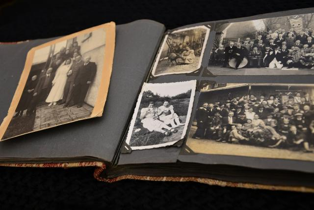 staré fotografie, fotoalbum, minulost