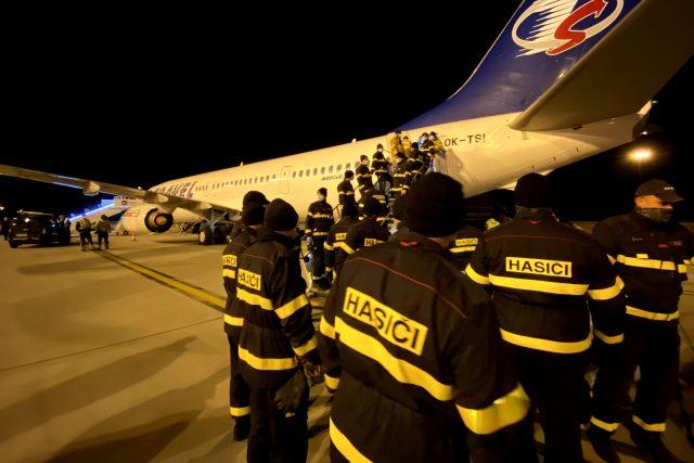 Věci, které mají pomoci v boji proti šíření koronaviru hasiči rozváží do všech koutů republiky