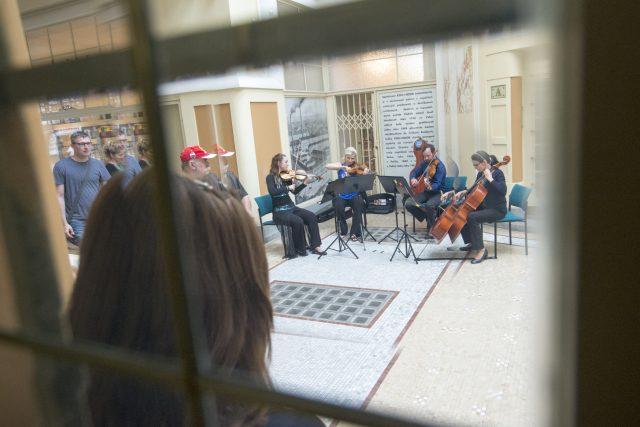 V červnu například filharmonie vyrazila do ulic. Hudebníci hráli v restauracích nebo v Machoňově pasáži | foto: Josef Vostárek,  ČTK