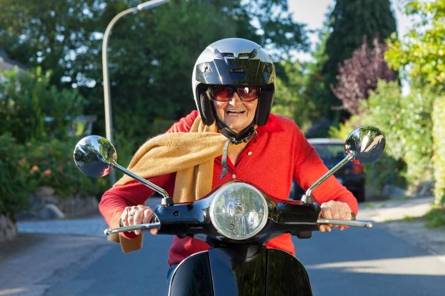 Seniorka na skútru   foto: Profimedia