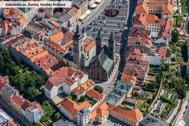 Vnější rozměry Katedrály svatého Ducha v Hradci Králové jsou délka 56 m,  šířka 25 m,  výška lodi 48 m. Roku 1997 k jubileu sv. Vojtěcha ji navštívil papež Jan Pavel II. | foto: Společnost CBS Nakladatelství s. r. o.