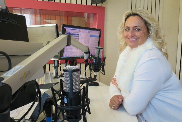 Zuzana Ceralová Petrofová ve studiu Českého rozhlasu Hradec Králové