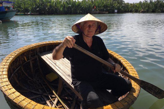 Petr Voldán v kulatém člunu