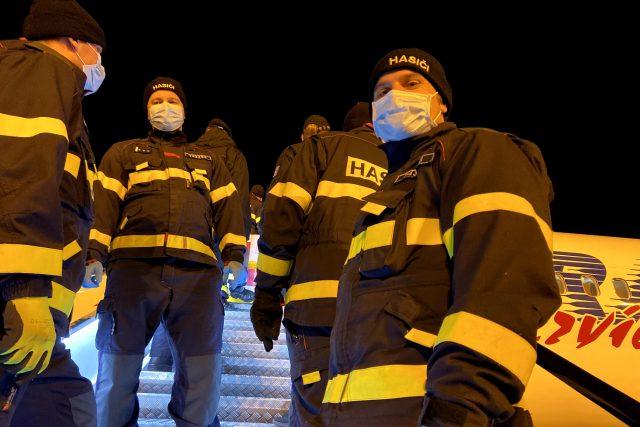 Letadlo naložené k prasknutí ochrannými zdravotními pomůckami musí hasiči zvládnout vyložit během několika desítek minut