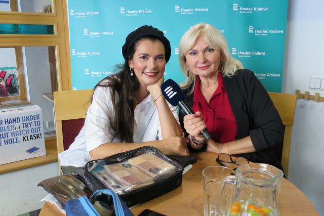 Lucía Gibodová Hrušková v rozhlasové kavárně spolu s Ladou Klokočníkovou