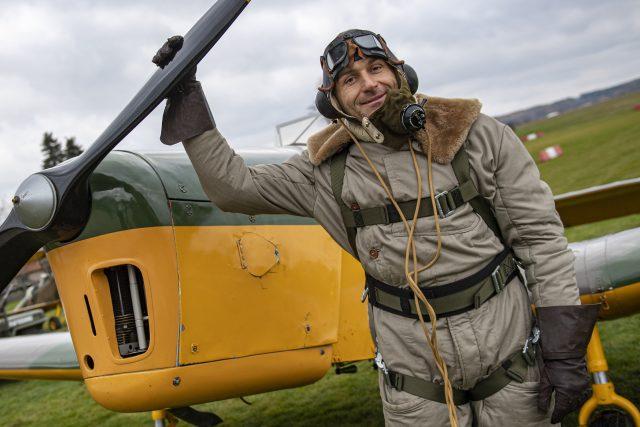 Pilot Richard Santus na letišti v Podhořanech při prvním letu letadla Miles M14A Magister Mk.I. na území České republiky (listopad 2019)