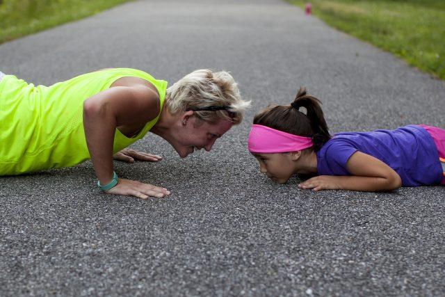 Cvičí celá rodina. Cvičte spolu s dětmi! (ilustrační foto)