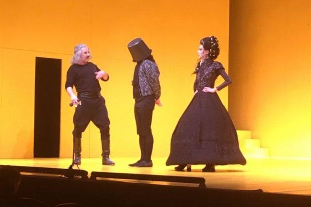 Lakomec v hradeckém Klicperově divadle neztrácí nic ze své trefnosti  | foto: Lucie Peterková