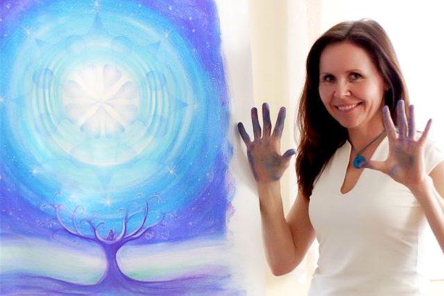 Výtvarnice a lektorka Dana Činčarová se svým obrazem