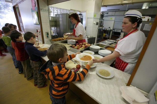 Mezi školními jídelnami v Česku jsou velké rozdíly.