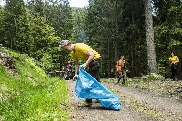 Na 200 dobrovolníků posbíralo v našich nejvyšších horách 3, 8 tun odpadu | foto: Kamila Antošová
